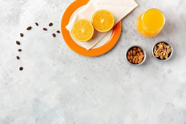 Płaska dekoracja z sokiem i orzechami w miskach