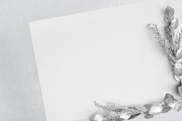 Płaska karta ślubna makieta ze srebrnymi liśćmi