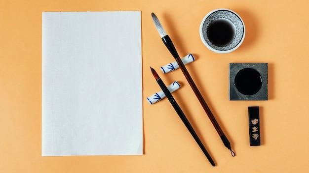 Płaska kompozycja chińskiego atramentu z pustym papierem