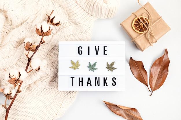 Płaska kompozycja na święto dziękczynienia z lightboxem z frazą podziękować