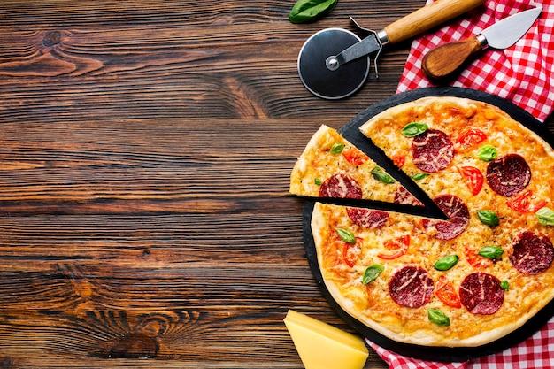 Płaska kompozycja pizzy świeckich z copyspace