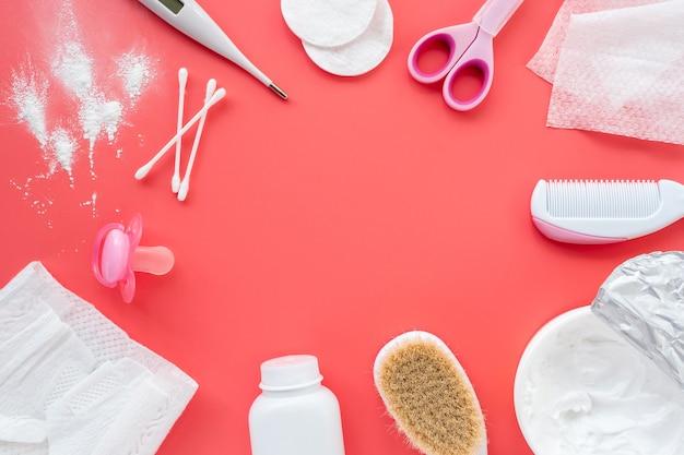 Płaska kompozycja produktów dla niemowląt i kosmetyków do pielęgnacji noworodków, widok z góry, miejsce na tekst.