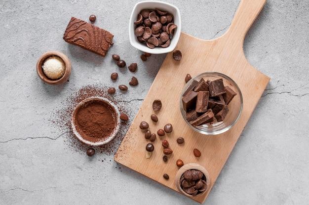 Płaska kompozycja pysznych produktów czekoladowych