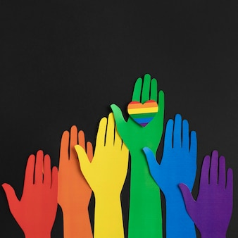 Płaska kompozycja różnorodności z różnymi kolorowymi papierowymi rękami