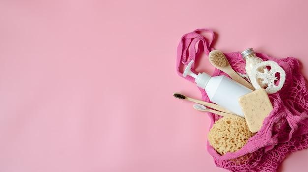 Płaska kompozycja spa z artykułami higieny osobistej i akcesoriami do kąpieli w woreczku strunowy.
