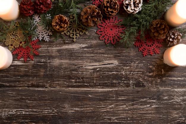 Płaska kompozycja świątecznych dekoracji z miejsca na kopię