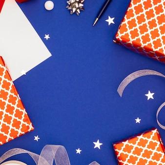 Płaska kompozycja świątecznych zapakowanych prezentów