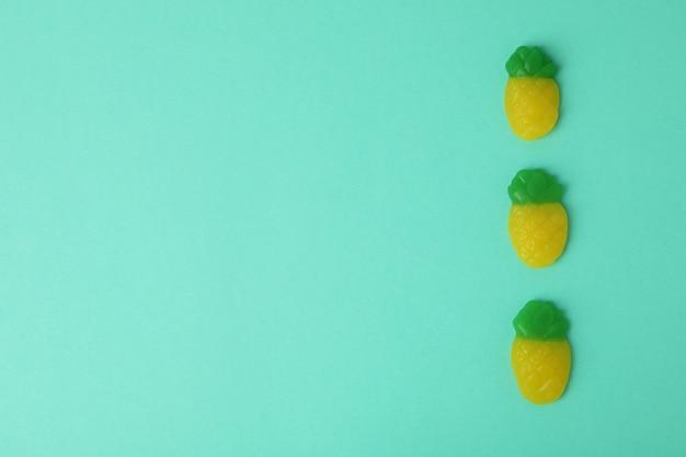 Płaska kompozycja świecka z kurzymi jajami na kolorowym tle, miejsce na tekst