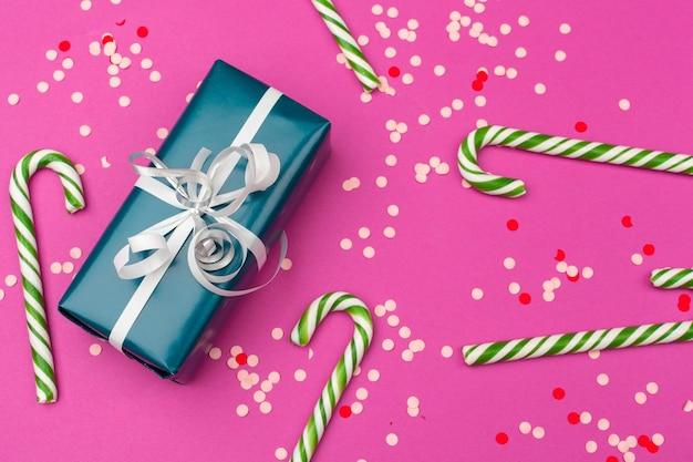 Płaska kompozycja świecka z pięknym pudełkiem prezentowym