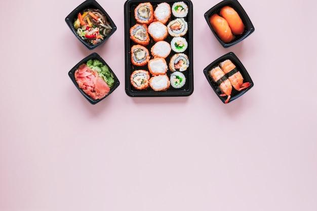 Płaska kompozycja świeckich sushi z copyspace