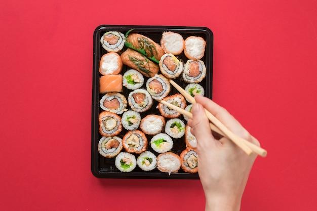 Płaska kompozycja świeckich sushi