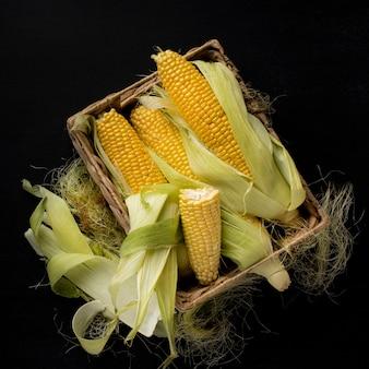 Płaska kompozycja świeżej kukurydzy