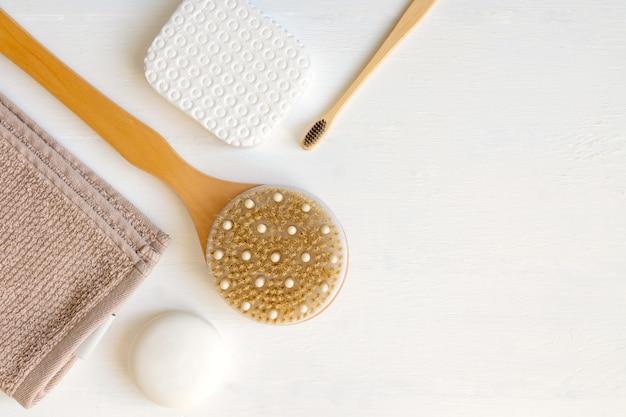 Płaska kompozycja z akcesoriami do kąpieli i pielęgnacji skóry na białym tle