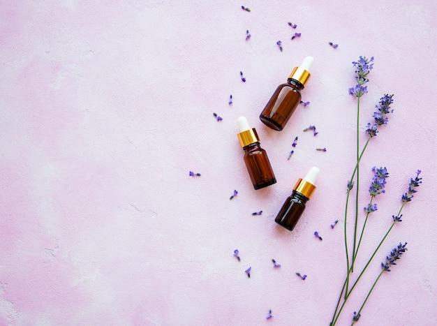 Płaska kompozycja z kwiatami lawendy i naturalnym kosmetykiem