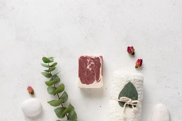Płaska kompozycja z naturalną kostką mydła