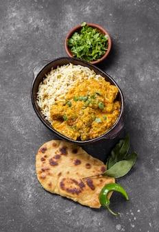 Płaska kompozycja z pysznym pakistańskim posiłkiem