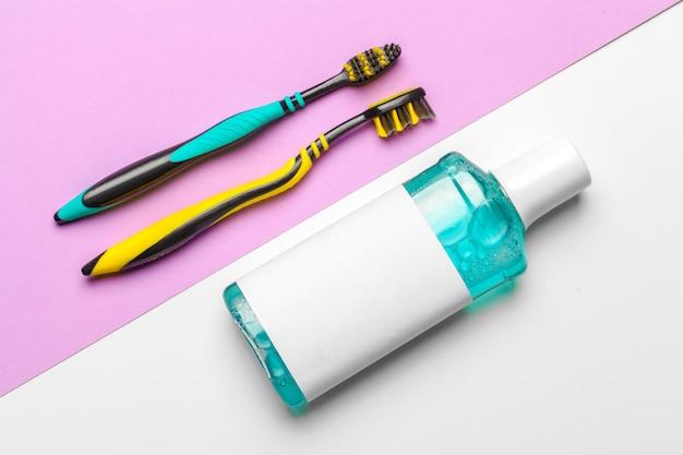 Płaska kompozycja z ręcznymi szczoteczkami do zębów i produktem do higieny jamy ustnej