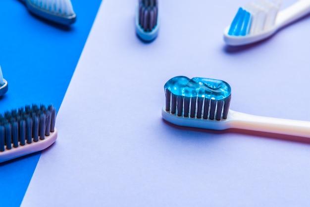 Płaska kompozycja z ręcznymi szczoteczkami do zębów, z bliska