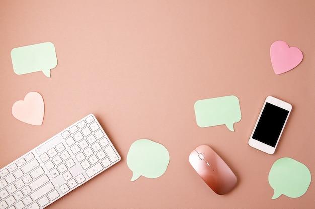 Płaska koncepcja mediów społecznościowych z klawiaturą, telefonem, myszą