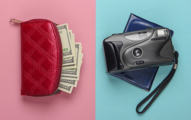 Płaska konstrukcja koncepcji podróży z portfelem, paszportem, aparatem. różowy niebieski pastel. minimalizm.