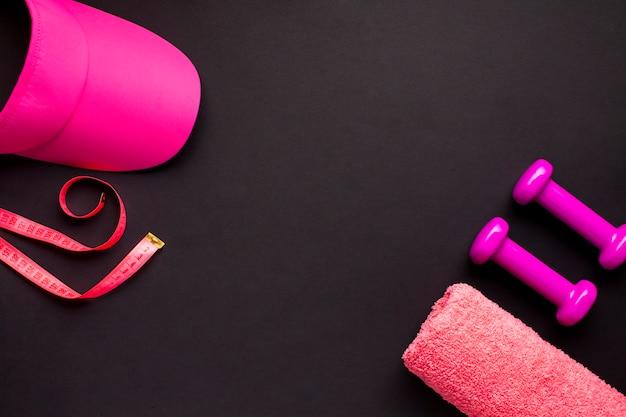 Płaska leżała różowa sportowa estetyka z ciemnym tłem