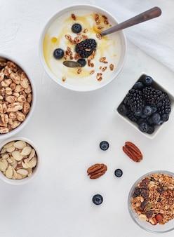 Płaska miska jogurtu i owoce