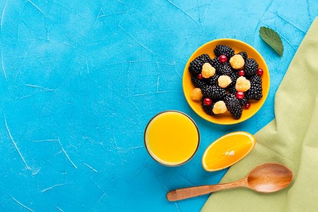 Płaska miska świeżych jagód i owoców z copyspace