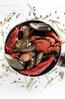 Płaska patelnia z krabem i małżami