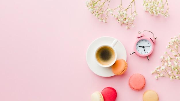 Płaska poranna kawa i zarządzanie czasem