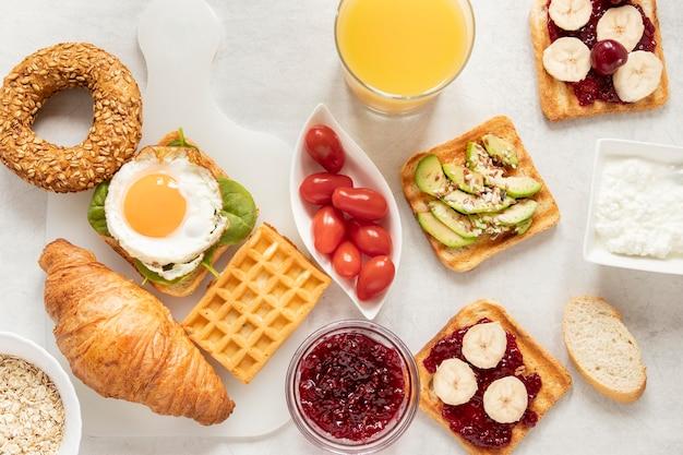 Płaska rama leżąca przy delikatnym śniadaniu