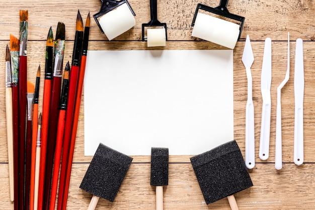 Płaska rama leżąca z narzędziami artysty