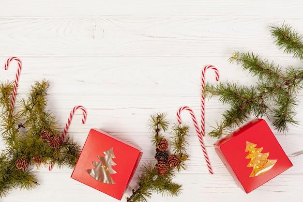 Płaska rama leżąca z prezentami i cukierkami