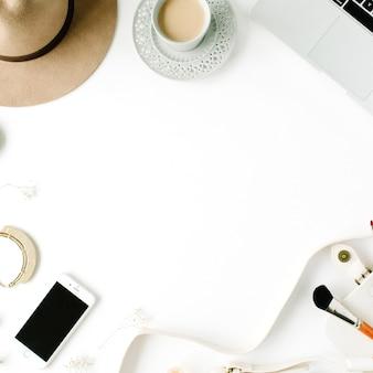 Płaska rama obszaru roboczego modnego kobiecego biura domowego.