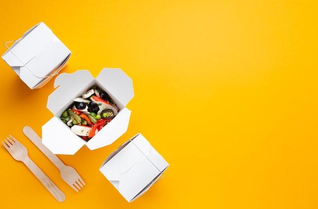 Płaska rama świeckich żywności z sałatką i miejsca na kopię