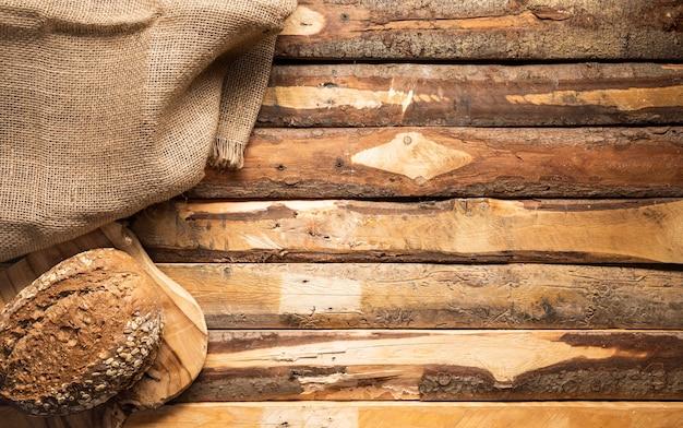 Płaska rama z chlebem i płócienną torbą