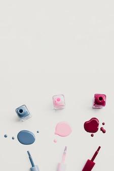 Płaska rama z kolorowymi lakierami do paznokci i przestrzenią do kopiowania