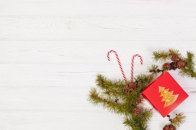 Płaska rama z prezentem i gałęziami
