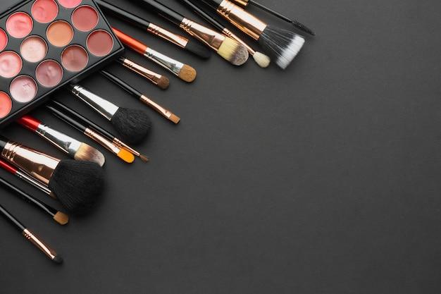 Płaska rama z różnymi pędzlami do makijażu