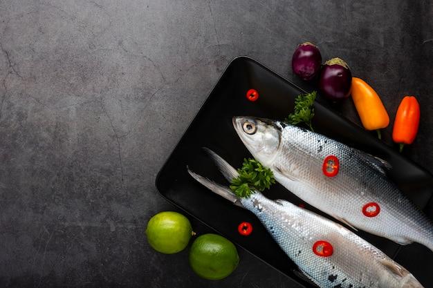 Płaska rama z rybami i warzywami