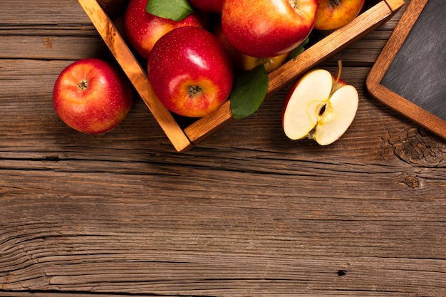 Płaska skrzynka z dojrzałymi jabłkami z copyspace