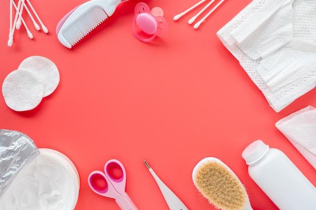 Płaska świecka kompozycja produktów dla dzieci i kosmetyków do pielęgnacji noworodków, widok z góry, miejsce na tekst. koncepcja higieny dziecka. jasne tło dla dzieci.