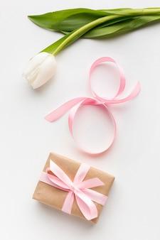 Płaska świeża kompozycja na dzień kobiet z zapakowanym prezentem