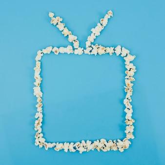 Płaska świeża kompozycja popcornu do koncepcji kina