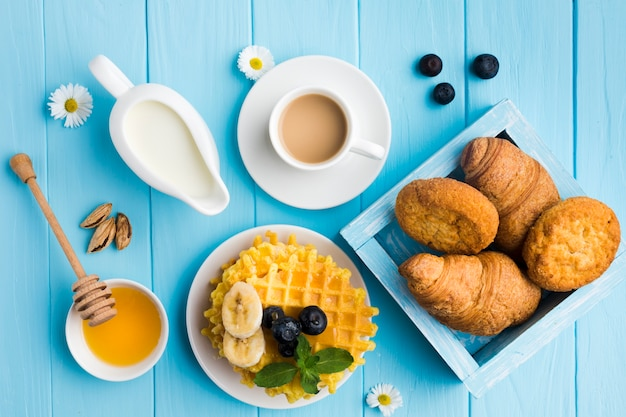 Płaska świeża kompozycja smacznego stołu śniadaniowego