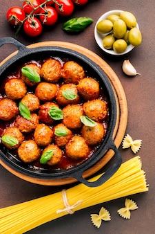 Płaska świeża kompozycja włoskiego jedzenia
