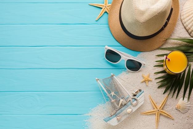 Płaska świeża kompozycja z akcesoriami plażowymi