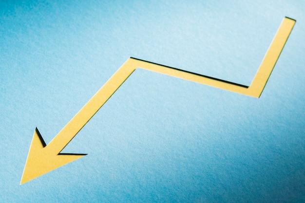Płaska świeża papierowa strzałka wskazująca kryzys gospodarczy