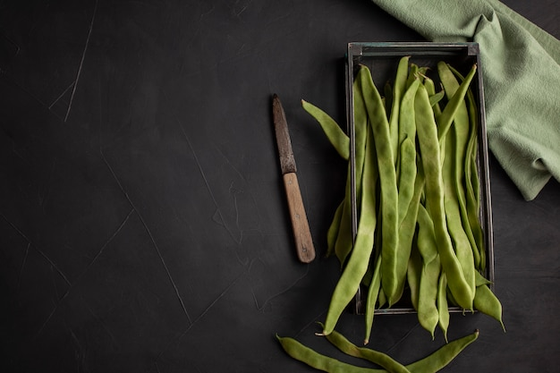 Płaska zielona fasola. surowe warzywa bogate w białka, pojęcie zdrowej diety