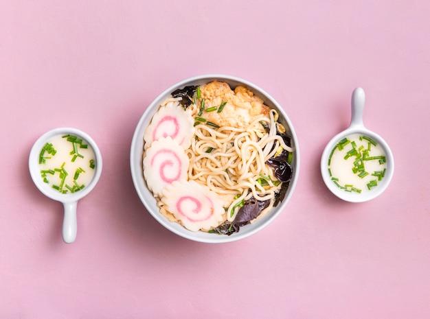 Płaska zupa ramen i sos
