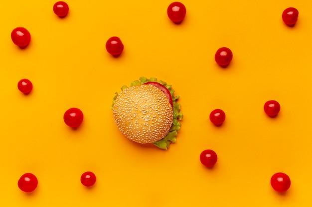 Płaski burger lat z pomidorami cherry